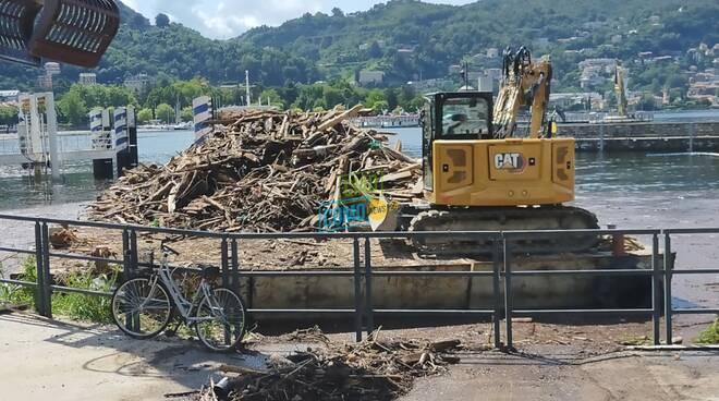 chiatte per raccolta detriti nel lago zona sant'agostino piene di materiale e tronchi