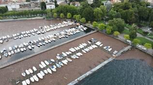 como dall'alto con detriti zona hangar e barche della marina riprese con drone