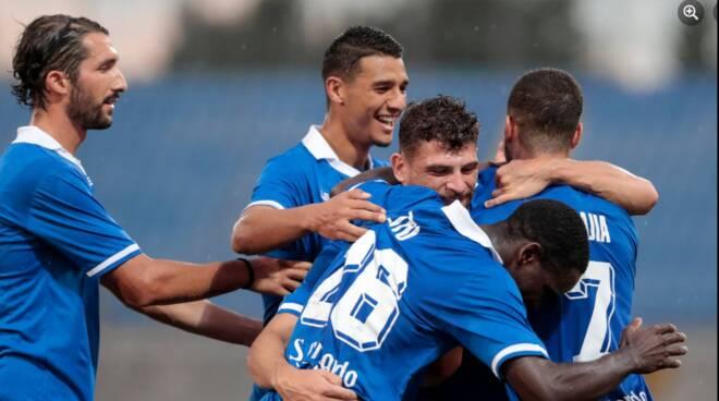 como in campo giocaori si abbracciano dopo un gol coppa italia