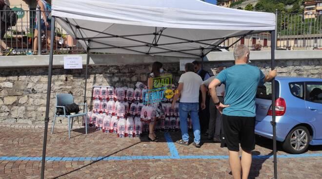 emergenza acqua ad argegno distribuzione bottiglie  in piazza con sindaco anna dotti