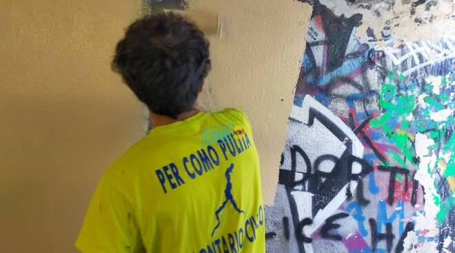 I volontari di Como Pulita sistemano il sottopasso di Monte Olimpino: bravi
