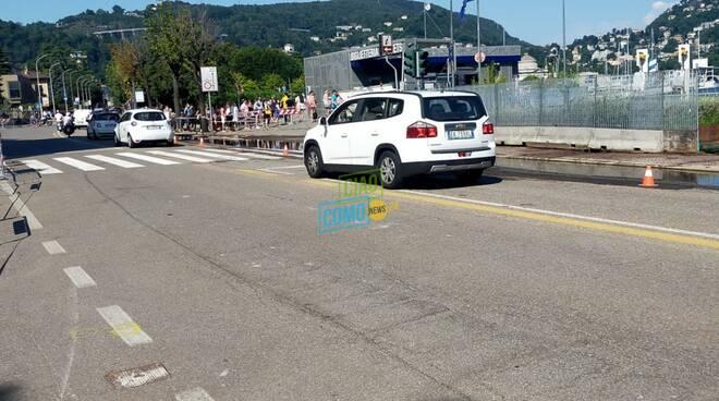lungolago di como riaperta anche la seconda corsia dopo esondazione auto in transito