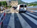 lungolago di como riaperto dopo esondazione, auto passano su una corsia
