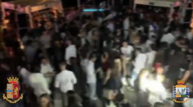 polizia e finanza riprendono gente che balla senza autorizzazione lido di bellagio