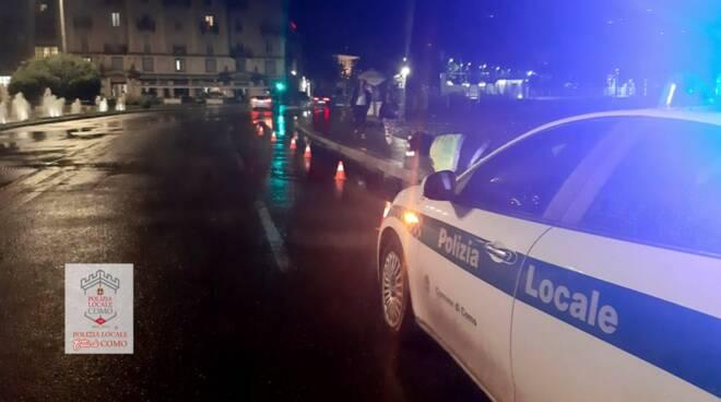 polizia locale di como chiusura del lungolago nella notte con birilli per maltempo