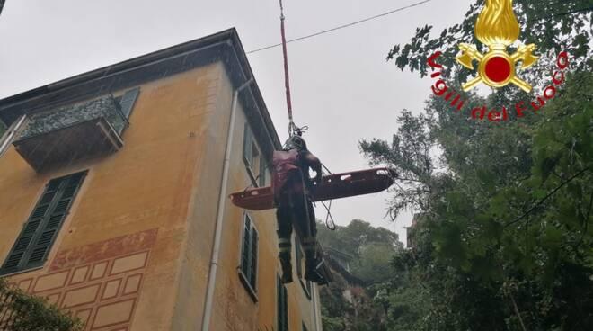 pompieri recupersano donna caduta in un valletto via per brunate como