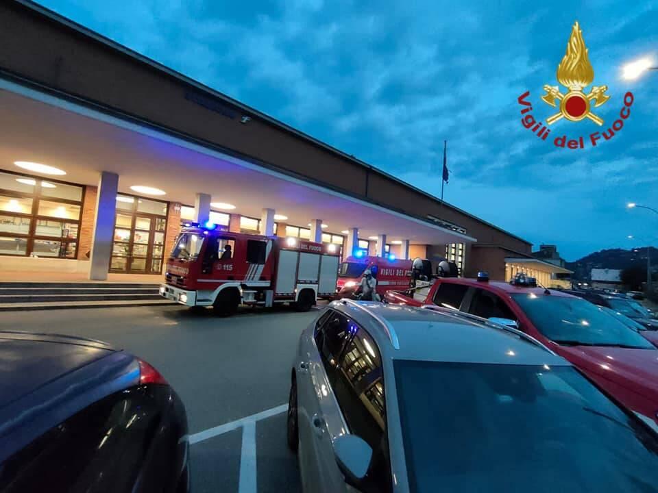 principio d'incendio stazione di como san giovanni pompieri arrivo con mezzi fuori ingresso