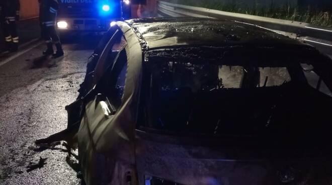 auto in fiamme fino mornasco intervento pompieri notte rampa accesso a9