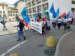 corteo protesta dipendenti e sindacati Cà d'Industria sulle vie di como con forze ordine