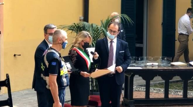 eufemino erba con sindaco e benemerenza figino per protezione civile cantù
