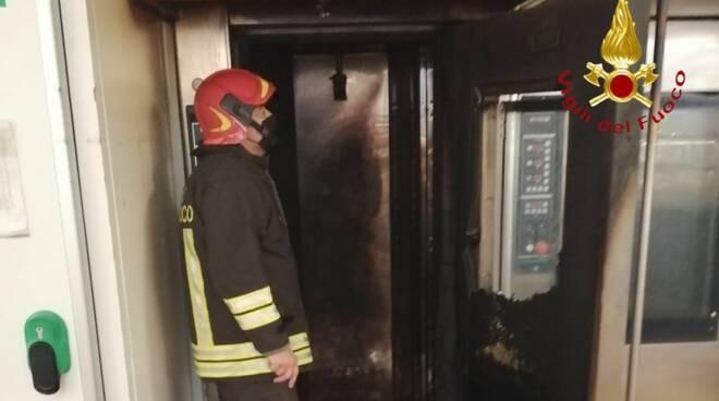 incendio centro commerciale bennet forno fumo nella struttura