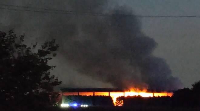 incendio green up di cermenate immagini capannone in fiamme
