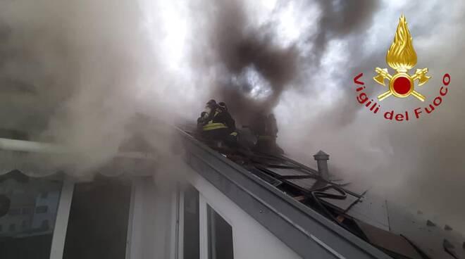 incendio tetto valmorea centro paese pompieri in azione fumo