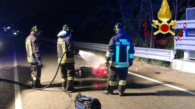 incidente auto moto albavilla viale prealpi pompieri e moto distrutta