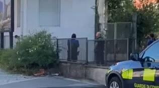 polizia di frontiera e polizia svizzera per straniero che si è ferito davanti ai passanti oggi