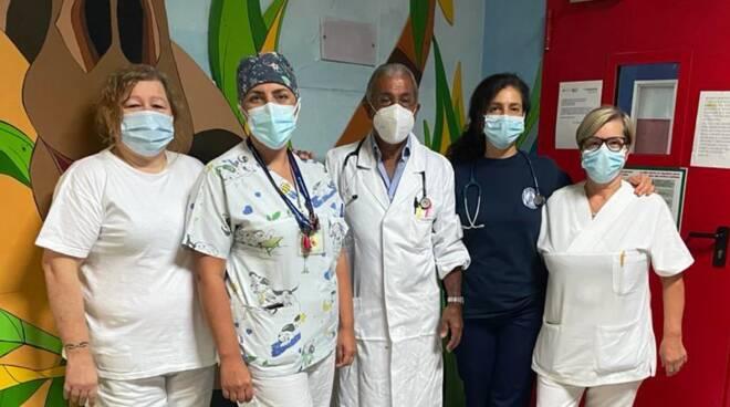 riapertura pediatria ospedale di cantù dopo la sistemazione infermieri e medici davanti reparto