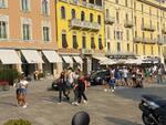 sabato di grande sole e con migliaia di turisti in città immagini lungolago e piazza cavour