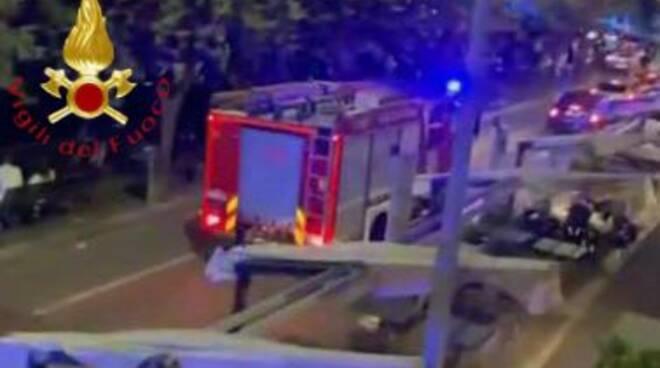 soccorso uomo in difficoltà nel lago pompieri notte viale geno como