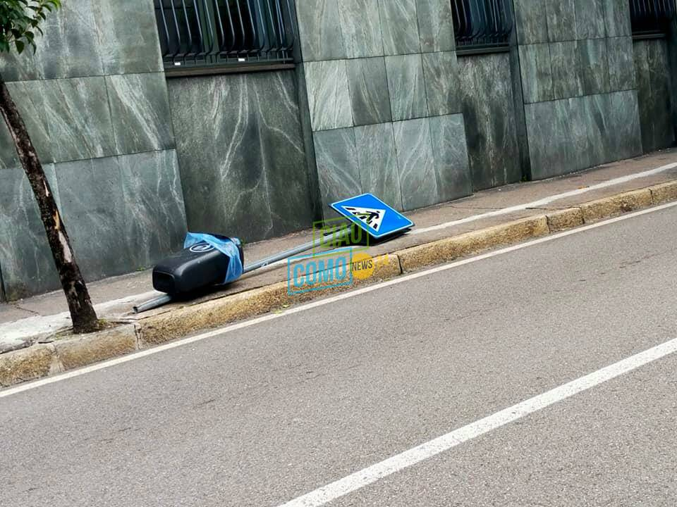 cartello stradale caduto via dante como per raffiche di forte vento