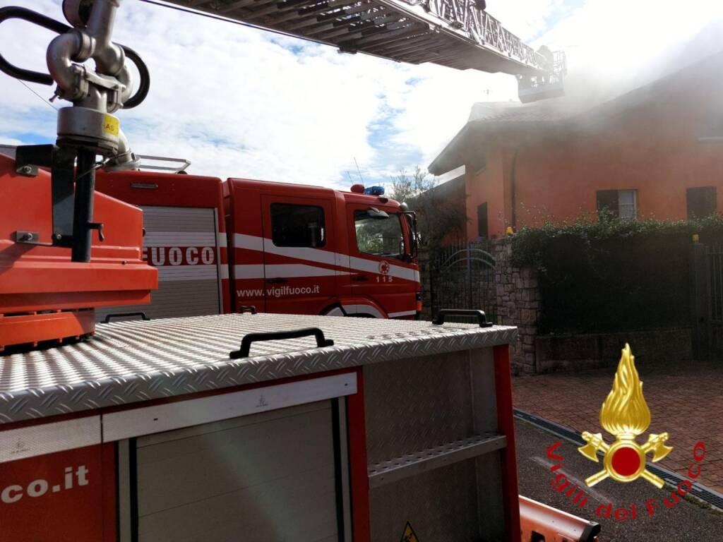 incendio tetto lurago marinone squadre dei vigili del fuoco in azione per domarlo