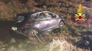 incidente albese auto fuori strada e nel fossato due feriti