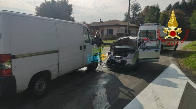incidente auto e furgone scontro a faloppio immagini incidente pompieri soccorsi