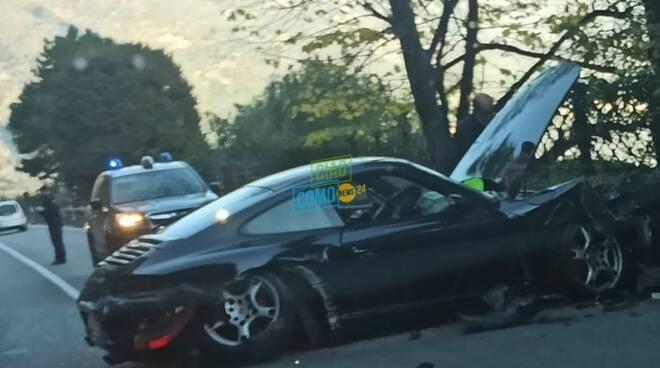 incidente brienno porsche contro muretto della strada gravi danni vettura