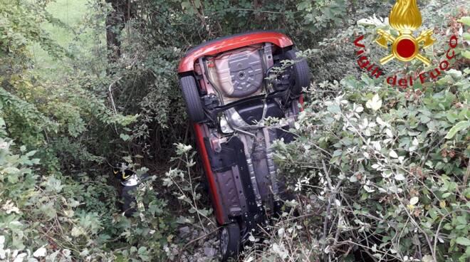 incidente casasco intelvi scontro tra auto una bnel burrone