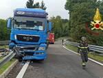 incidente tir uscita autostrada a fino mornasco schianto contro guard rail