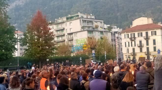 manifestazione no green pass davanti al sociale con candele in mano ai manifestanti