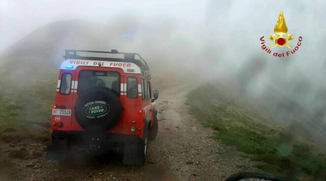 pompieri e soccorso alpino cacciatore che si è infortunato a livo bosco