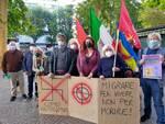 presidio antifascista fuotri dal tribunale di como senza frontiere striscioni