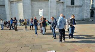 protesta piazza verdi contro green pass manifestanti striscioni slogan