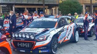rally aci como auto in partenza da piazza cavour
